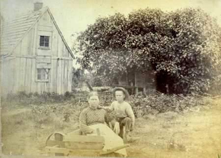 """Higuera con mujer y niño. Imagen tomada en Hog Island alrededor de 1890. Image courtesy of Albert """"Buck"""" Doughty."""