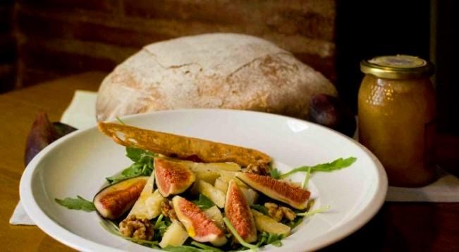 Ensalada de higos, rúcula, Idiazabal ahumado y nueces con vinagreta de mostaza y miel Muñagorri