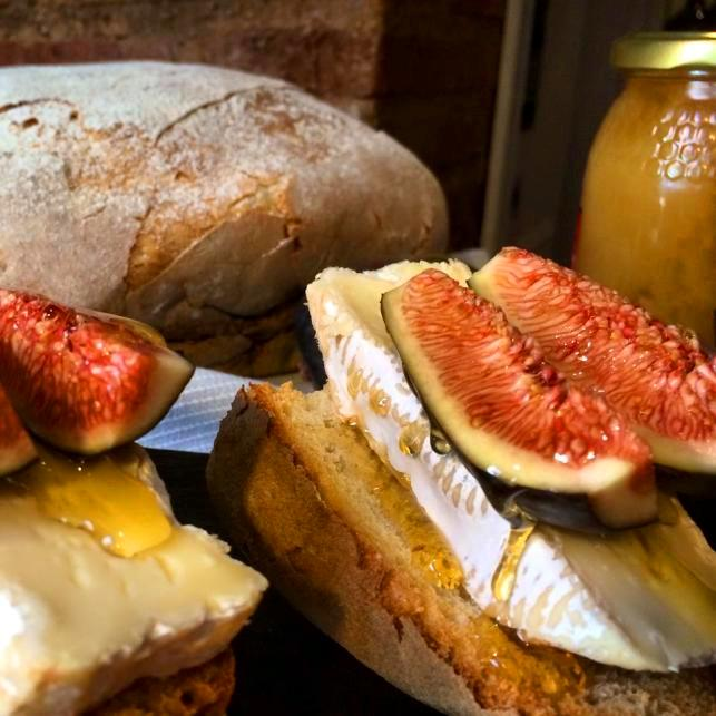 Tosta de Camembert al Calvados con higos y miel